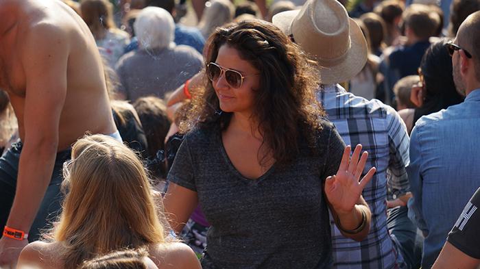 Oya Festival Publikum - tanzenden Frau
